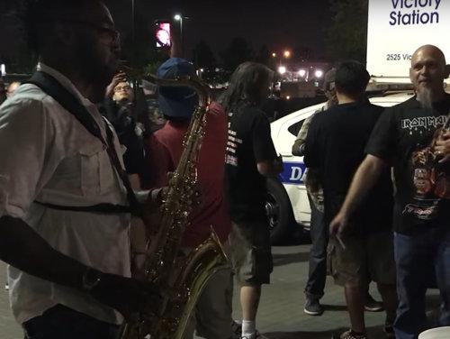 """VIRALUL ROCK ON: Un saxofonist de stradă cântă """"The Trooper"""" să dai cu căciula după câini în timpul unui concert Iron Maiden"""