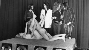 18+: Membrii Led Zeppelin surprinşi privind un cuplu făcând sex într-un clubul Chat Noir din Stockholm în 1973