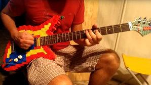 VIDEO: Să construieşti o chitară din lego şi să mai şi cânţi la ea te face cel mai cel din curtea şcolii