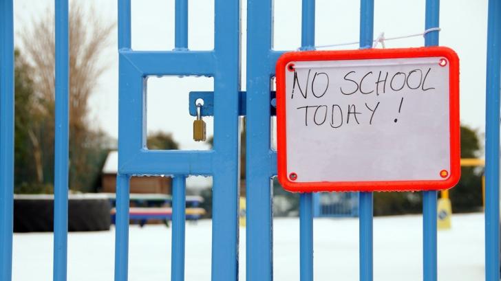 Şcolile se închid pentru totdeauna. Oamnii vor merge decât la biserică.