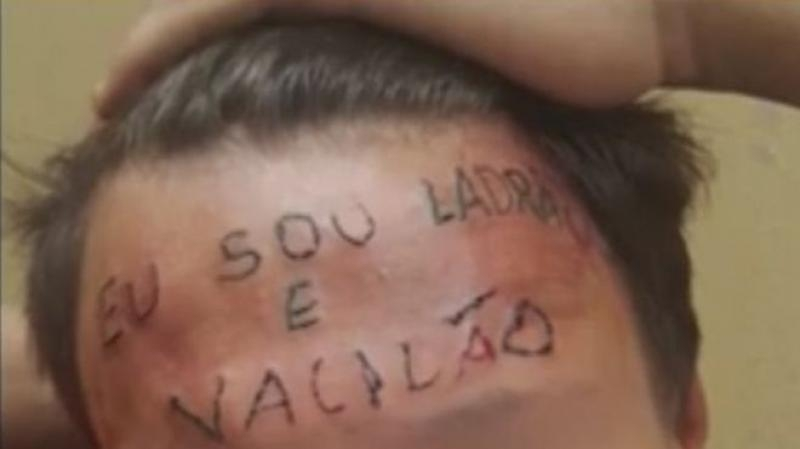 Dragnea şi-a tatuat cu tatru negru pe dinţi sloganul JOS CORUPŢIA!