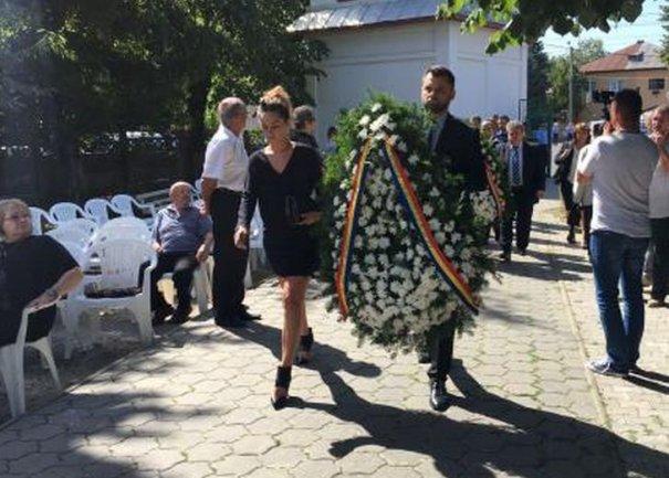 Soţia primarului din Ploieşti, în fustă mini şi pantofi cu toc înalt la înmomântarea lui Mircea Ionescu Quintus