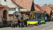 Trei Lamborghini în coloană după un tractor la Cârţişoara. Poza e virală pe internet