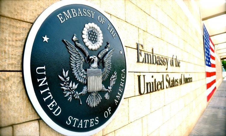 """Liviu Dragnea: """"Am scris şi noi o scrisoare Ambasadei SUA. Le-am  cerut imperios, că, dacă vine cineva de la ei din SUA, să ne ia şi nouă un casetofon mai ieftin, un cartuş de Kent şi un iPhone X."""""""