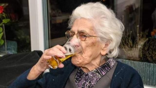 La 97 de ani, o mamaie rade 22 de beri pe zi