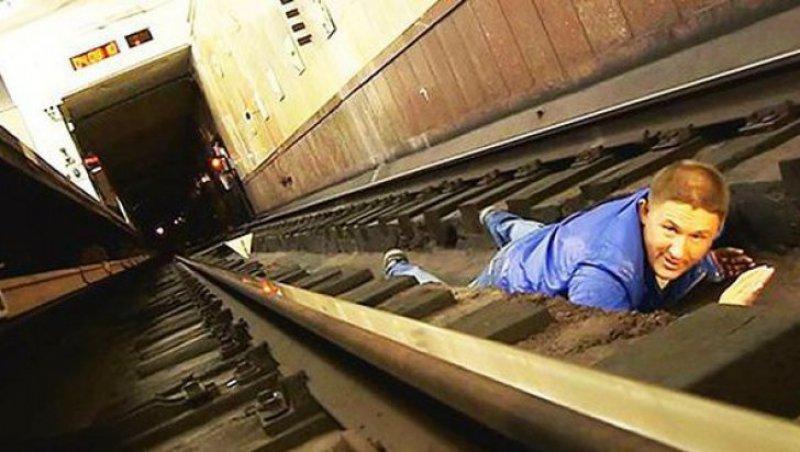 Ai căzut între şinele de la metrou? Iată ce trebuie să faci pentru a supravieţui