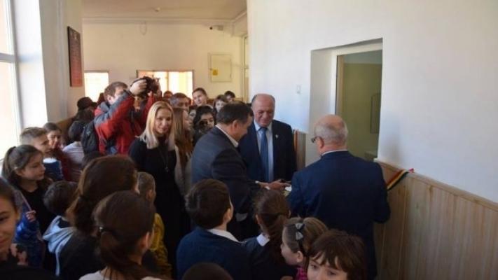 După ce primarul din Piatra Neamţ a inaugurat un WC de şcoală, Codrin Ştefănescu a inaugurat un rahat bun de mâncat