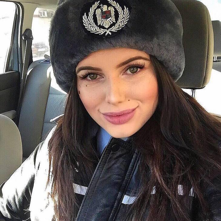 Cea mai frumoasa politista din Bucuresti a gasit o geanta cu bani! Ce i-a scris agenta pagubitului pe Facebook?