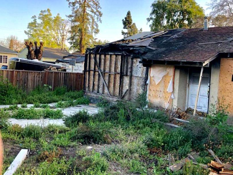 O casă în paragină, arsă, se vinde cu 800.000 de dolari. Care este motivul