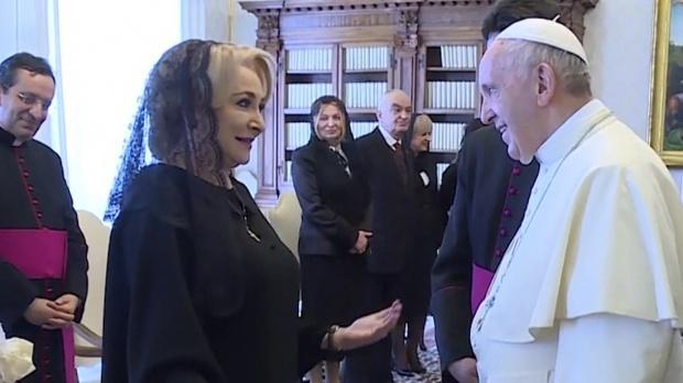 Cu ce cadouri s-a dus premierul Viorica Dăncila la Papa Francisc: Castreveţi cu ţepi, ardei iute, ceapă şi leuştean