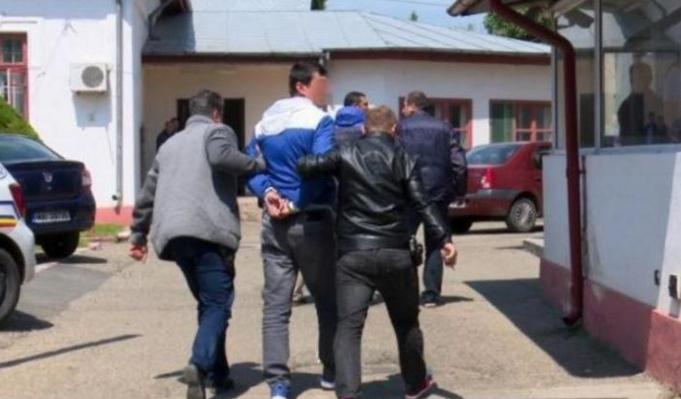Tot mai mulţi români vor să intre la puşcărie: