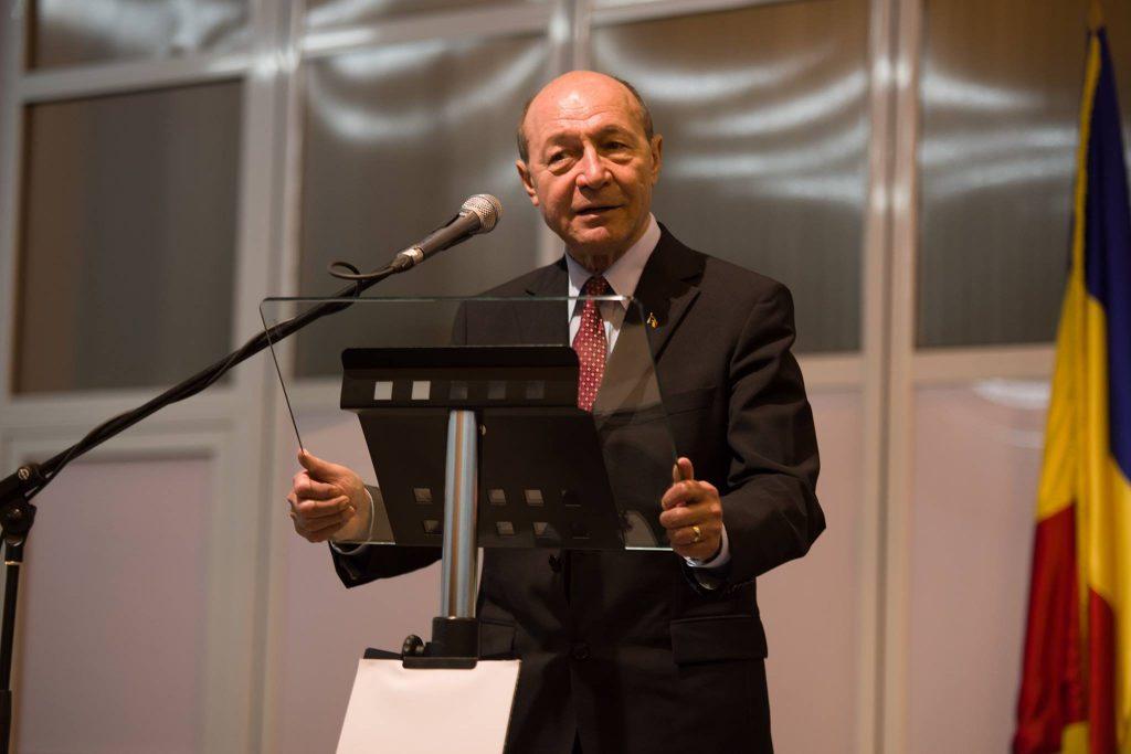 """Preşedintele PMP, Traian Băsescu, a criticat, măsurile luate de PSD care nu se regăsesc în programul de guvernare, întrebându-l pe Liviu Dragnea dacă este criză economică sau """"duduie economia"""", potrivit Mediafax."""