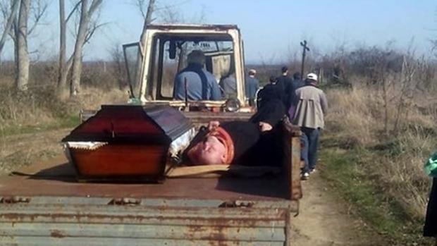 Un preot s-a îmbătat atât de tare, încât a adormit şi a fost cărat lângă sicriu la cimitir, pentru slujba de înmormântare