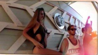 O vedetă de la noi, surprinsă sub masa unui milionar, la LOFT: