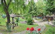 În sărăcia din Vaslui, se află cea mai modernă comună din România. Are piscină, loc de echitaţia şi teatru de vară