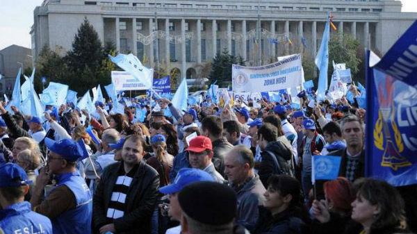 Sindicaliştii din învăţământ pichetează Ministerul Muncii, nemulţumiţi de scăderea salariilor