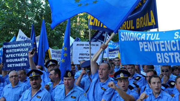 Gardienii cer demisia ministrului Justiţiei, pe motiv că nu le-ar fi plătit orele suplimentare