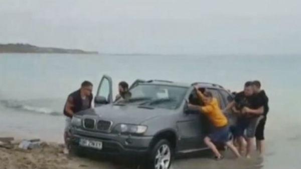 Nu înţeleg de ce trebuie amendaţi şoferii teribilişti care intră cu maşina pe malul mării