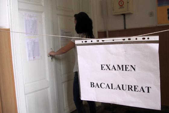 La Bacalaureat s-au dat, azi, de analizat poezii de Mihai Eminescu sau Tudor Arghezi. Bineînţeles cu modificarea preliminară a Codului Poetic. De exemplu versurile: