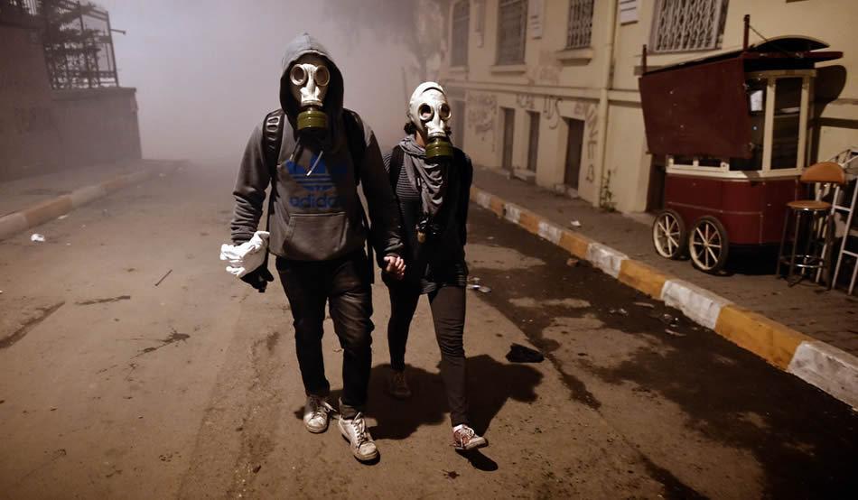 Zeci de oameni au venit cu măşti de gaze şi se plâng că nu mai pot respira în Bucureşti.