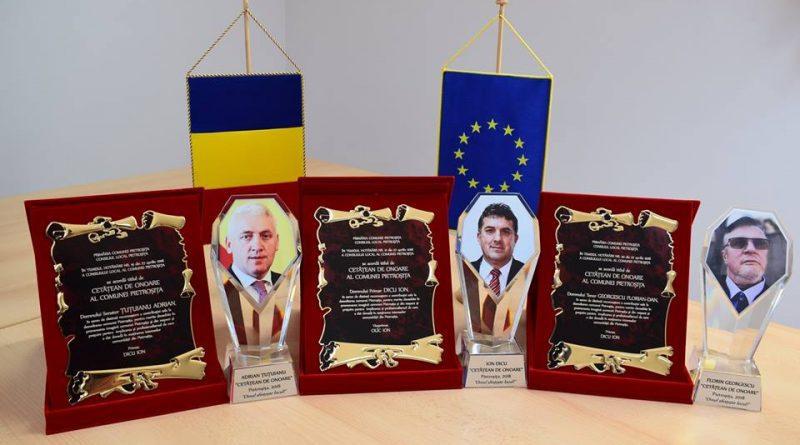 Primarul din Pietroşiţa şi-a acordat titlul de Cetăţean de Onoare, după care a plâns la ceremonie prefăcându-se surprins