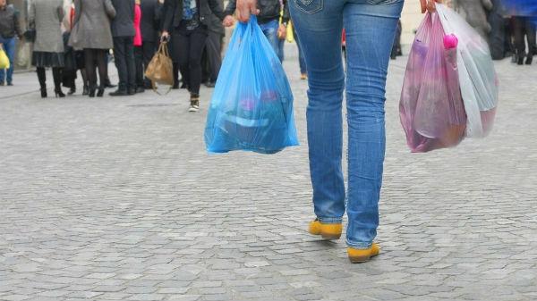 Românii vor plăti câte 2 lei garanţie pentru ambalajele produselor