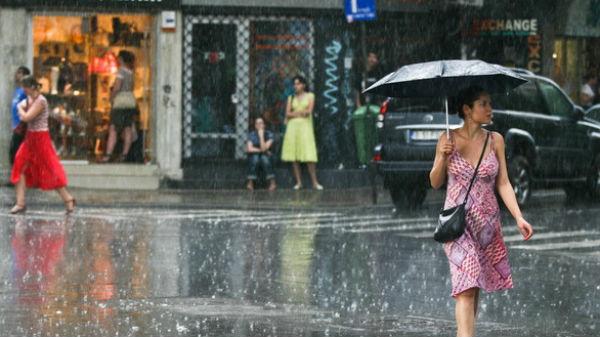 Străzi inundate şi pasaje blocate, după o ploaie torenţială în Bucureşti