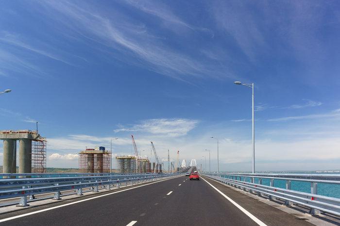 Podul Crimeea, zona auto - finalizată şi zona CF - în construcţie
