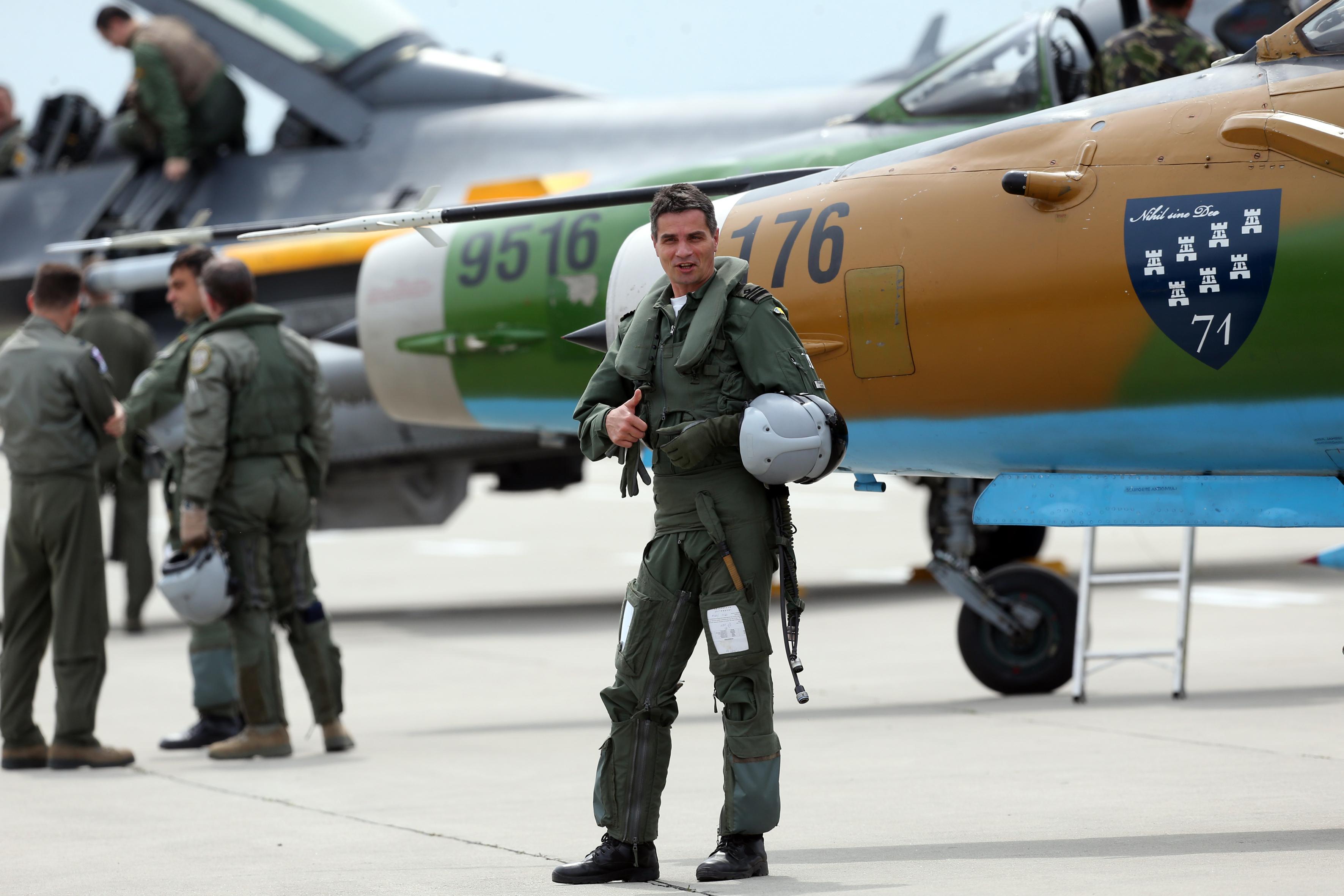 """""""Top Gun"""" de România: O analiză dureroasă, din interiorul sistemului, despre cum și-a abandonat România piloții de vânătoare."""