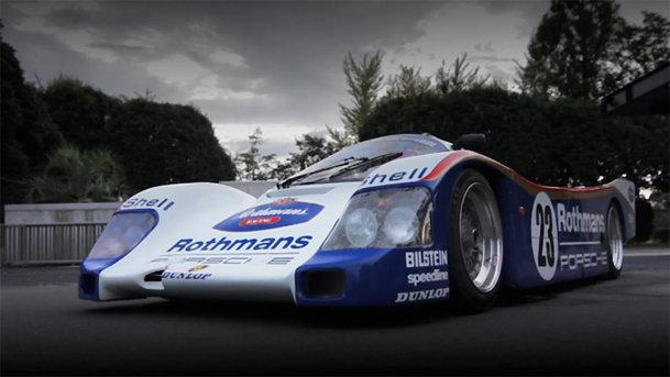 Oameni şi maşini: un japonez şi un Porsche 962 de LeMans condus pe stradă