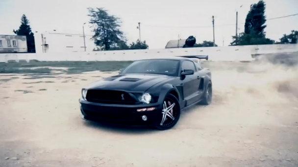 """Oameni şi maşini: O rusoaică """"îmblânzeşte"""" un Mustang Shelby"""