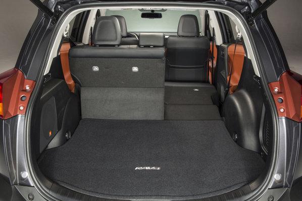 Toyota RAV4 boot. Portbagajul este imens, la cei 550 de litri ai săi!