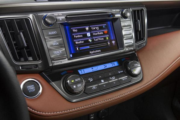 Toyota RAV4 dashboard. Ecranul tactil.