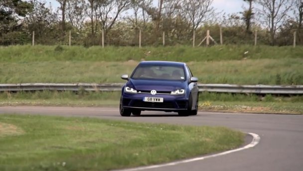 VW Golf R vs. BMW M235i, într-un comparativ semnat Chris Harris. VIDEO