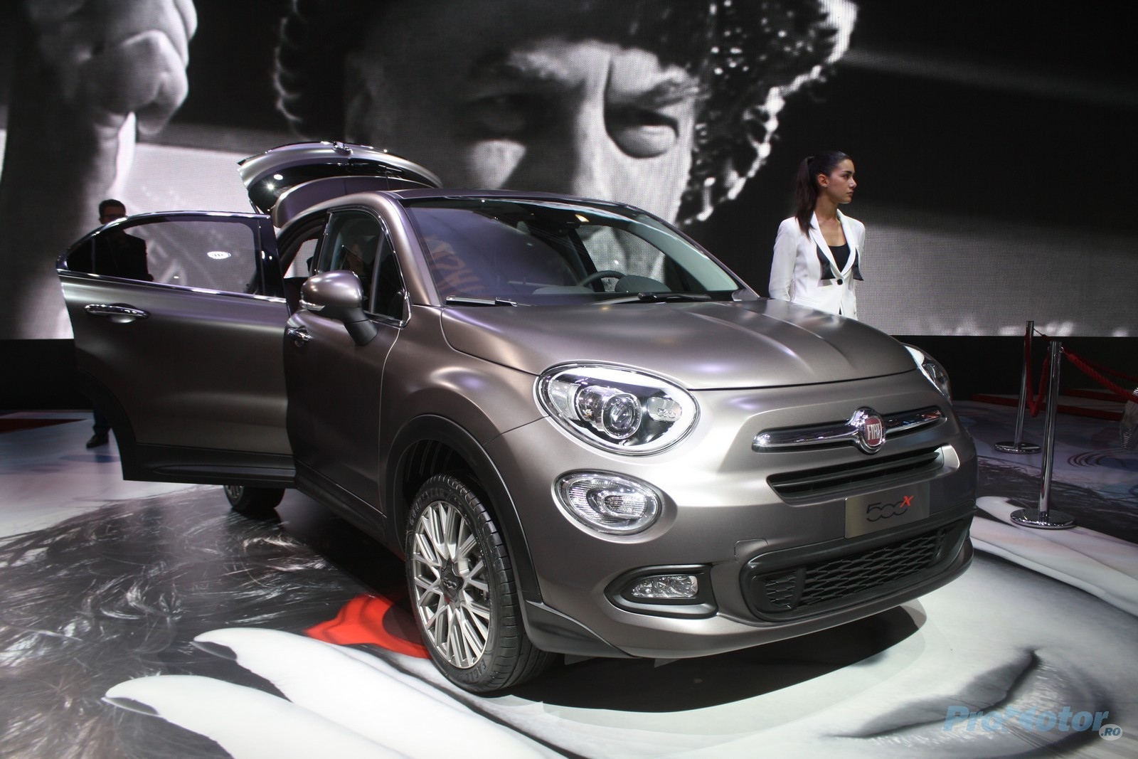 imagini fiat 500x se prezint ca un crossover cochet la salonul auto de la paris. Black Bedroom Furniture Sets. Home Design Ideas
