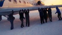 Pasagerii unei linii aeriene din Siberia şi-au împins propriul avion. Ca să nu întârzie. VIDEO