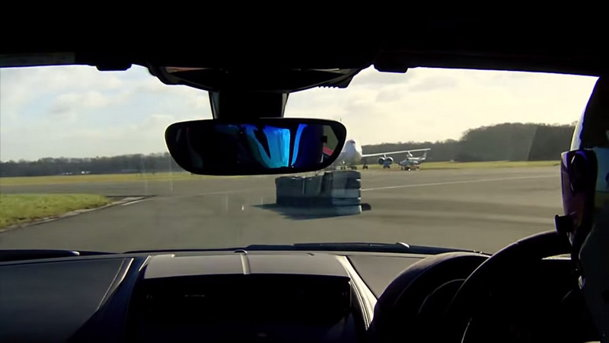 STIG şi Jaguar F-Type R pe circuitul Top Gear. On board VIDEO