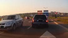 Metoda Iaşi. Un şofer urma să intra în intersecţie, când o maşină din faţa lui avea să facă MANEVRA VIEŢII - VIDEO