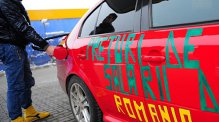 Un român, un bulgar şi un austriac au vrut să-şi facă plinul de benzină. Ce surpriză au avut când s-au uitat pe bonul fiscal
