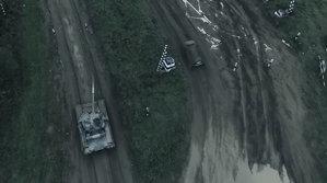 """Ruşii au organziat o """"liniuţă"""" mai puţin obişnuită pe teren accidentat: tancul T-80 vs Duster. Rezultatul este suprinzător"""