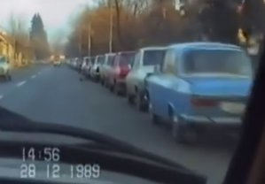 VIDEO DE ARHIVĂ Cum arăta o coadă la benzină în România anului 1989