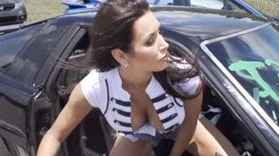 Se urcă în maşină, apoi încep DRIFTURILE iar BLUZA EI CEDEAZĂ - VIDEO