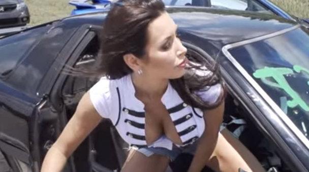 VIDEO. Drift-uri cu o femeie frumoasă în dreapta