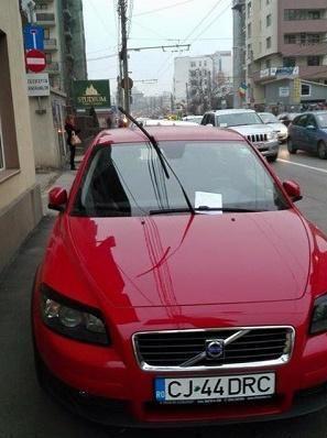 """Ce mesaj de """"mulţumire"""" a primit un şofer care a parcat pe trotuar - FOTO"""