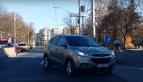 Ce păţeşte un şofer care intră pe contrasens pentru a scurta drumul. VIDEO