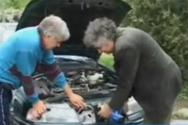 VIDEO. Uită de benzină sau motorină. S-a inventat maşina care merge cu apă, oţet şi cola