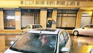 FOTO. S-a trezit cu maşina vandalizată, după ce a parcat pe trecerea de pietoni