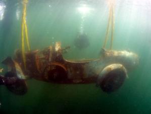 FOTO-VIDEO. Un Bugatti care a stat 73 de ani pe fundul unui lac este scos la lumină