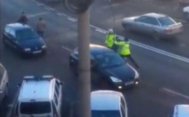 VIDEO - Poliţişti agresaţi în plină stradă la Sibiu. Ce riscă cei acuzaţi de ultraj