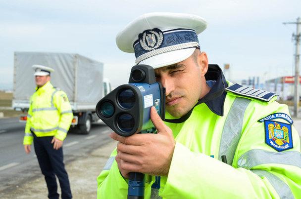Cum a scăpat de amendă un român prins de Poliţia Rutieră cu un radar pistol